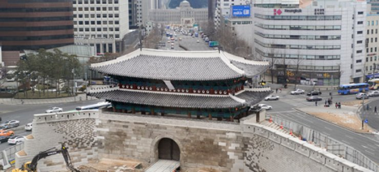 The national Treasure No. 1, Sungnyemun, better known as Namdaemun, is seen in downtown Seoul, Sunday, as all steel-frame structures were removed, with the restoration work in its final stage. The gate, severely damaged in an arson attack in February 2008, is scheduled to officially open to the public in April./ Korea Times
