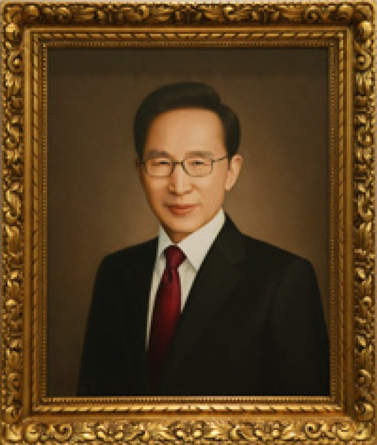 A portrait of departing President Lee Myung-bak is hung on the wall of a Cheong Wa Dae office where former presidents' portraits are displayed on Tuesday. It was painted by renowned artist Chung Hyung-mo, who also painted portraits of Presidents Kim Dae-jung and Chun Doo-hwan. / Yonhap