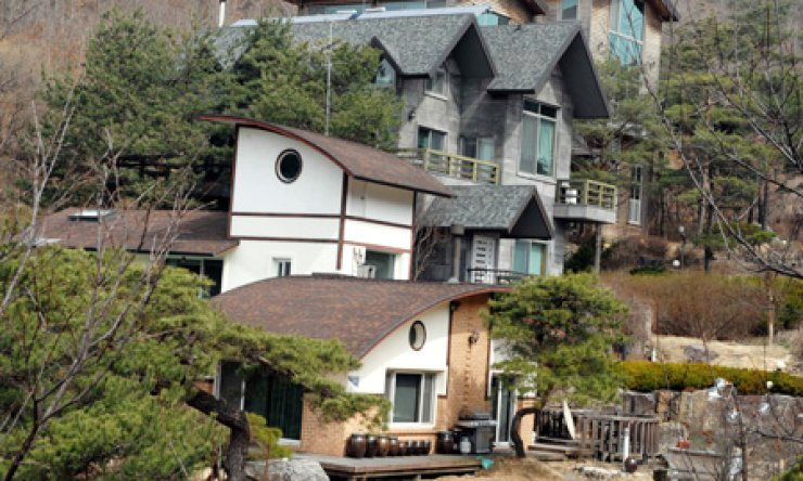 A vacation home in Wonju, Gangwon Province, is shown on Thursday. A group of social leaders allegedly had sex parties with women hired by construction broker Yun Jung-cheon there from 2008 to 2012, in return for business favors from Yun. / Yonhap