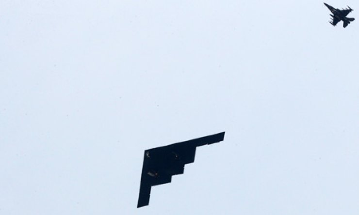 A nuclear-capable B-2 from the U.S. 509th Bomber Wing flies over Osan Air Base in Pyeongtaek, Gyeonggi Province, Thursday. The strategic bomber, which flew nonstop from Whiteman Air Force Base, Mo. to Korea, participated in the Foal Eagle exercise and carried out a practice bombing run. / Yonhap