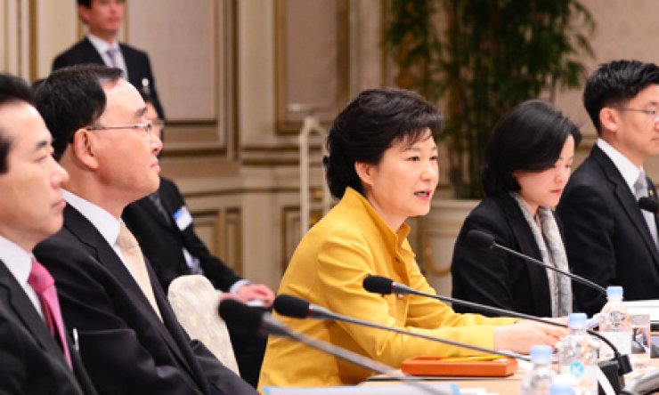 President Park Geun-hye speaks during the Education Ministry's briefing on its five-year plan at Cheong Wa Dae, Thursday.                                                                      / Korea Times photo by Koh Young-kwon