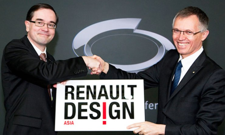 Renault Group COO Carlos Tavares, right, hands over the Renault Design Asia plate to the group's local arm Renault Samsung Motors' CEO Francois Provost, after a news conference at the Renault Samsung Technical Center in Yongin, Gyeonggi Province, Thursday. The group named the local unit's design center as Renault Design Asia. / Courtesy of RSM