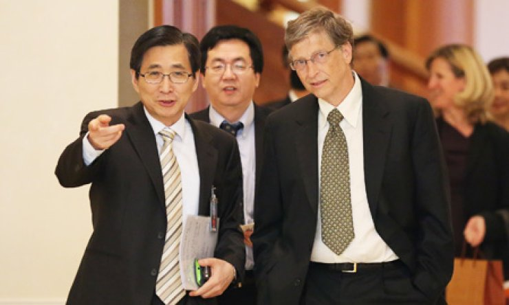 Microsoft founder Bill Gates, right, keeping his hands in his pockets, is escorted by Cho Won-dong, left, senior presidential secretary for economic affairs during a courtesy call on President Park Geun-hye at Cheong Wa Dae, Monday. / Yonhap