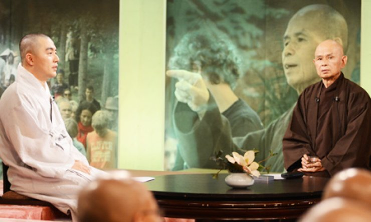 Vietnamese Zen Buddhist monk Thich Nhat Hanh, right, talks with Ven. Hyemin, a Korean Buddhist monk and bestselling author, during a televised show at the BTN studio in Seoul, Tuesday. / Yonhap
