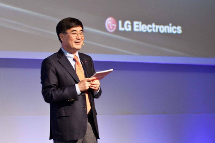 LG Electronics TV chief Kwon Hee-won delivers a keynote speech at the 2013 Digital Cable TV Show on the southern resort island of Jeju, Friday. Courtesy of LG Electronics