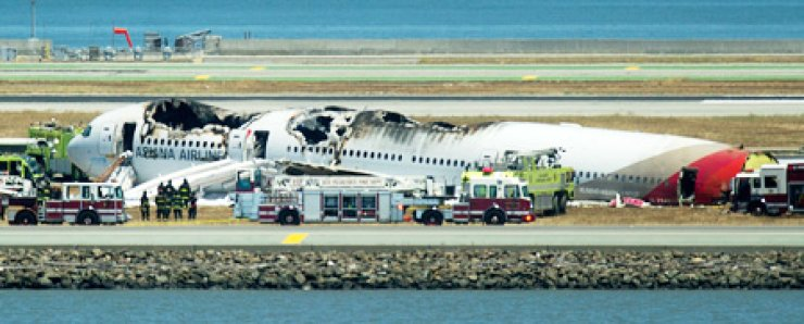 Fire crews respond to the scene where an Asiana Airlines Boeing 777 crashed at San Francisco International Airport on July 6. Two casualties have been reported, with more than one hundred injured. The plane had 307 people onboard. / AP-Yonhap