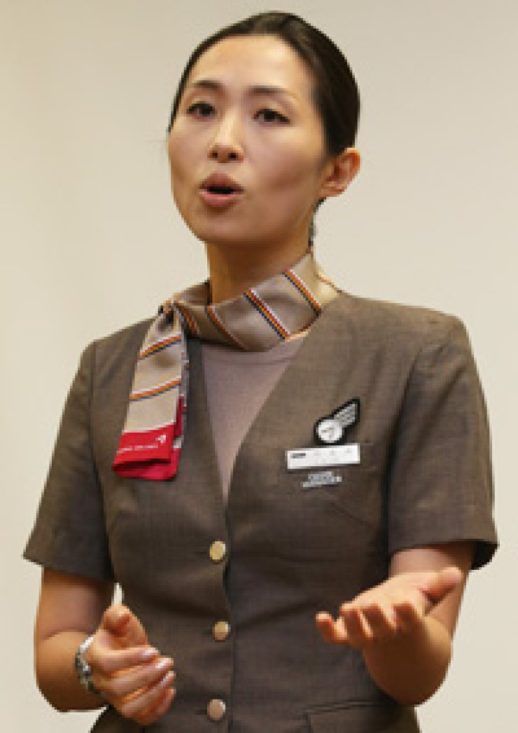 Lee Yoon-hye, cabin service manager of Asiana Airlines Flight 214, speaks during a press conference at a hotel in San Francisco, Sunday. Lee and four other flight attendants helped all passengers and fainted co-workers get out of the aircraft that crash-landed at San Francisco International Airport one day earlier. She also suffered from hip injury. / Yonhap