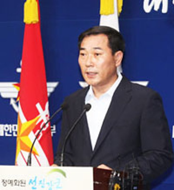 Wi Yong-seop, deputy spokesperson for the Defense Ministry, speaks during a briefing at the ministry's building in Seoul, Thursday. The ministry said it will abolish a controversial 'entertainment soldier' system. / YonhapChoi Dong-uk, left, and Lee Sang-cheol