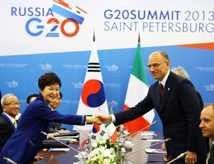 President Park Geun-hye, left, shakes hands with Italian Prime Minister Enrico Letta at St. Petersburg's Constantine Palace, before holding a bilateral meeting on the sidelines of the G20 summit held in St. Petersburg, Russia, Thursday. / Yonhap
