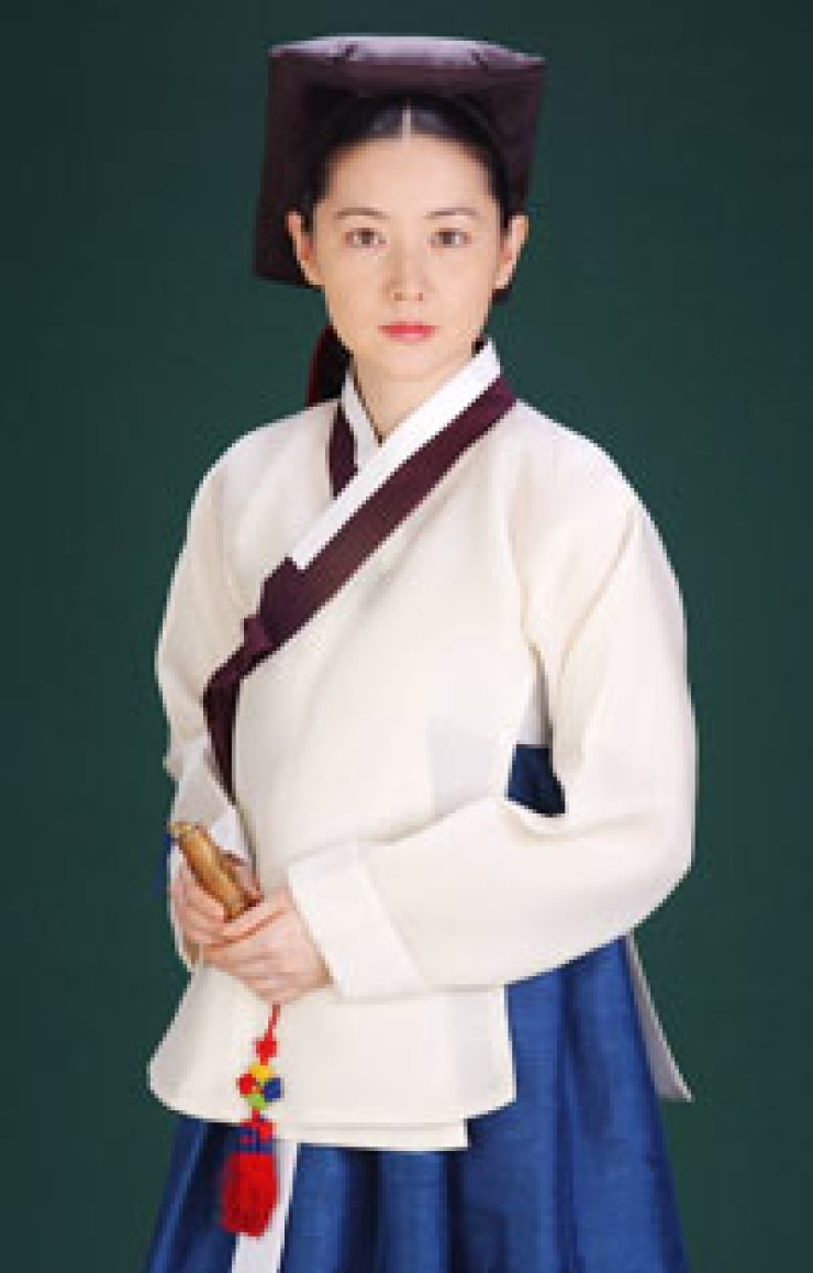 Actress Lee Young-ae poses in this file photo for the 'Jewel in the Palace,' a popular 'hallyu' or Korean wave drama that marks its 10th birthday this year./ Korea Times file