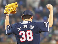 The Doosan Bears' Lee Won-seok, right, hits a two-run triple off Samsung Lions pitcher Yoon Sung-hwan in the fifth inning of Game 1 of the Korean Series in Daegu Thursday night. / Yonhap