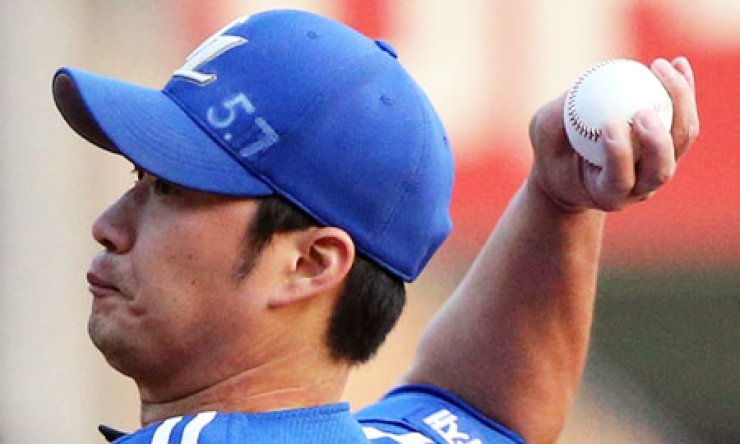 Samsung Lions' pitcher Oh Seung-hwan pitches against the Doosan Bears in Game 3 of the best-of-seven Korean Series in Jamsil Stadium, Seoul, on Sunday. The Lions won 3-2 to cut their series deficit to 2-1. / Yonhap