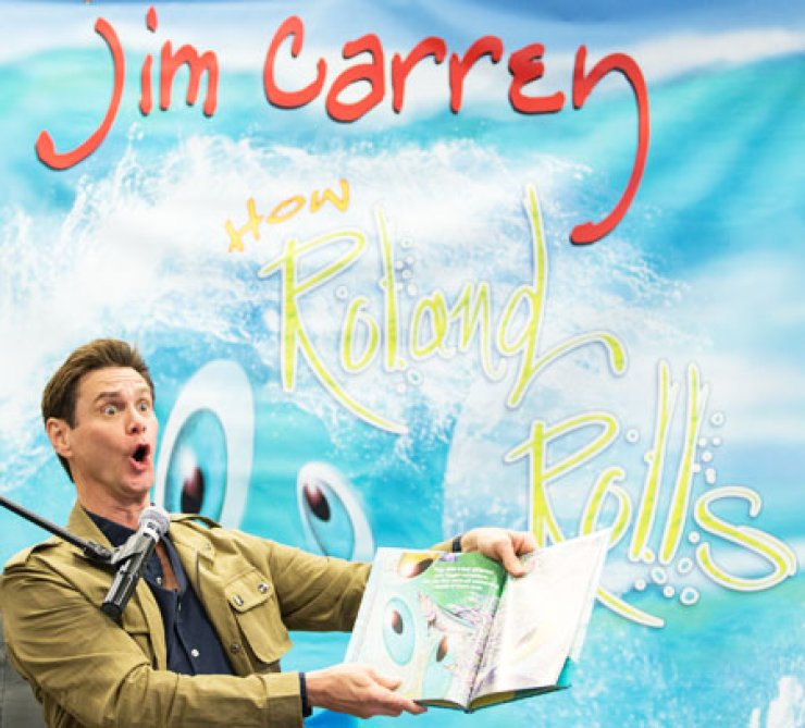 Jim Carrey reads his children's book 'How Roland Rolls' at the Barnes and Noble in Los Angeles, Saturday. 'How Roland Rolls' is a story about a wave named Roland who is afraid that, one day, when he hits the beach, his life will be over./ AP-Yonhap
