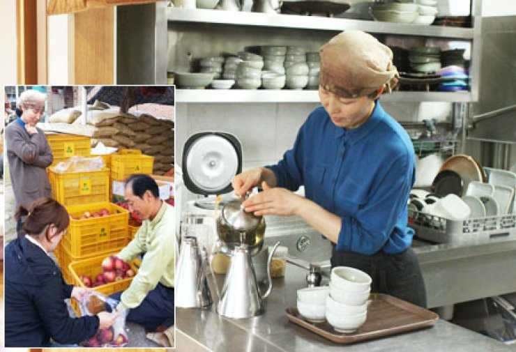 Shin Yun-nam, owner and chef of 'Andong Hwaryeon,' serves lotus tea, at her restaurant in Andong, North Gyeongsang Province. Inset photo shows her husband Kang Wha-soo selling apples to neighbors that the couple grew. / Korea Times photos by Park Jin-hai