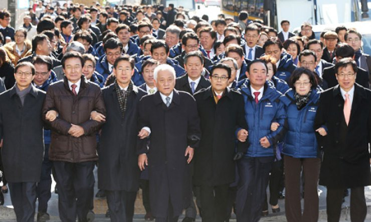 Rep. Kim Han-gil, fourth from left, chairman of the main opposition Democratic Party (DP), together with other DP members, marches down the street from Seoul Plaza to Gwanghwamun Square, Thursday, to criticize the National Intelligence Service (NIS) accused of posting more than 1.2 million Twitter comments to exert influence in the 2012 presidential election. The party called for an immediate launch of a special probe into the NIS election meddling scandal. / Yonhap