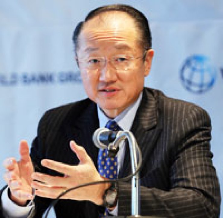 Jim Yong Kim, president of the World Bank, answers questions at a press conference at Grand Hyatt Hotel, Tuesday. / Yonhap