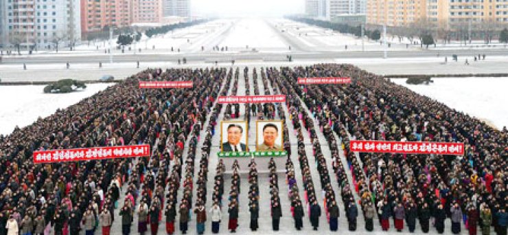 North Korean workers hold a rally to swear loyalty to their leader Kim Jong-un in Pyongyang, Friday. The young, unpredictable leader is expected to rely on brinkmanship to make the Korean Peninsula a hotbed of tension, threatening the security of Northeast Asia. / Yonhap