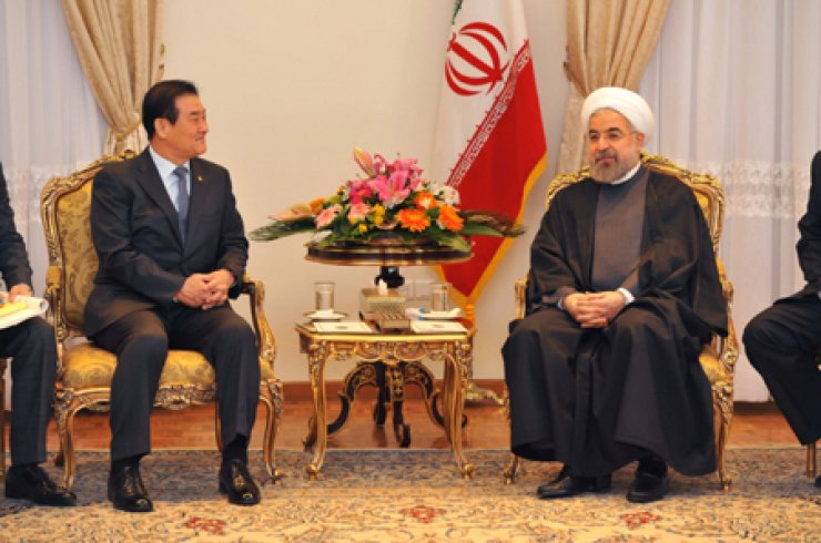 National Assembly Speaker Kang Chang-hee, left, speaks to Iranian President Hassan Rouhani in Teheran during a courtesy visit to the Iranian leader on Jan. 27. / Courtesy of National Assem