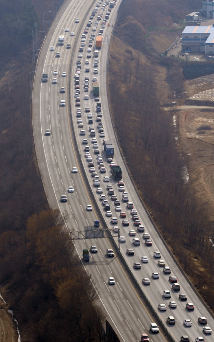 Passenger cars, especially large vehicles, in Korea usually emit a large amount of greenhouse gas. The government plans to offer financial support to owners of smaller cars emitting less CO2, while imposing penalties on buyers of heavy-polluting vehicles. / Korea Times file