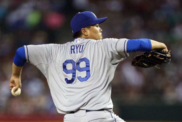 Los Angeles Dodgers' pitcher Ryu Hyun-jin pitches during a 6-0 win against the Arizona Diamondbacks at Chase Field in Phoenix, Ariz., on Friday. / AFP-Yonhap