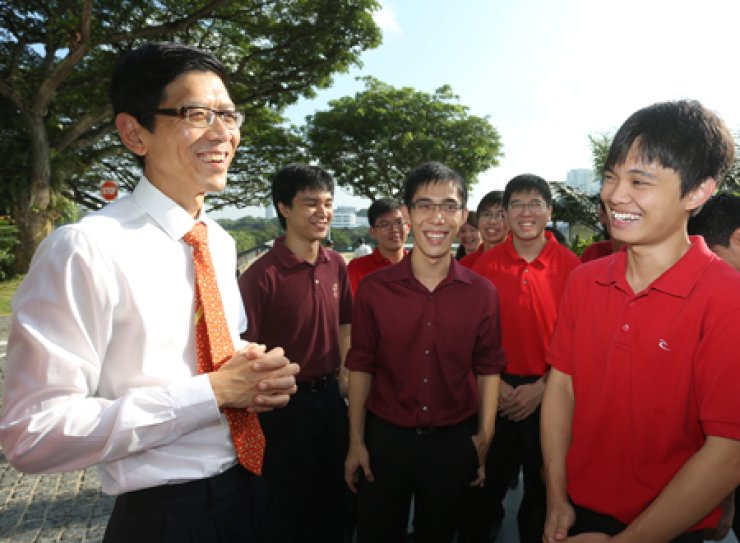 National University of Singapore President Tan Chorh Chuan talks with students on the campus. / Courtesy of the NUS