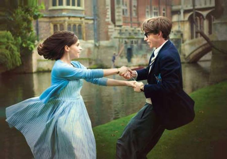 Eddie Redmayne, right, as Stephen Hawking and Felicity Jones as Jane Hawking in a scene from 'The Theory of Everything' / Korea Times file