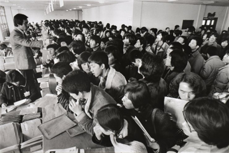 In this 1981 photo, exhibited at the National Museum of Korean Contemporary History, students wait in line to apply for admission to Yonsei University in Seoul. / Courtesy of National Museum of Korean Contemporary History