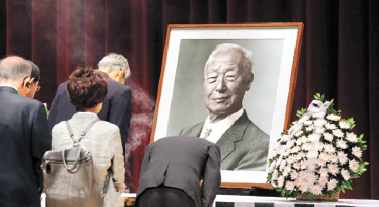 Visitors pay their respects at a memorial altar for former President Syngman Rhee at the Seoul National Cemetery on July 17.  / Yonhap