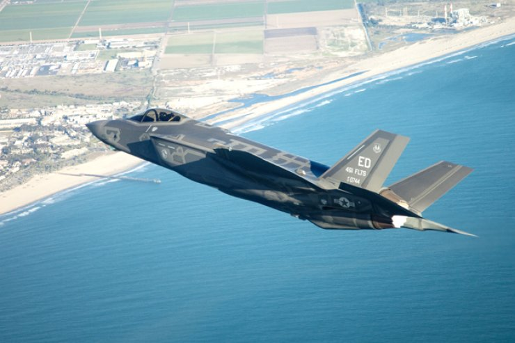 An F-35 stealth fighter flies over the area of Luke Air Force Base in Arizona on Oct. 10, 2014. Korea signed a deal to purchase 40 F-35s in September last year but is now facing calls from some politicians and critics to cancel the deal due to uncertainties over the technology transfer from Washington that is causing a serious setback to Seoul's own fighter jet development project. / Courtesy of Lockheed Martin