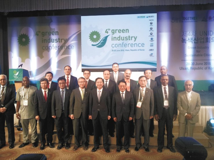 United Nations Industrial Development Organization (UNIDO) Director General Li Yong, fourth from right in front row, and Ulsan Mayor Kim Gi-hyeon, center, pose with other participants during the opening ceremony of the 4th Green Industry Conference in Ulsan, Tuesday. UNIDO and the Ulsan Metropolitan City hosted the international conference which is expected to adopt the Ulsan statement. / Korea Times photo by Kim Ji-soo