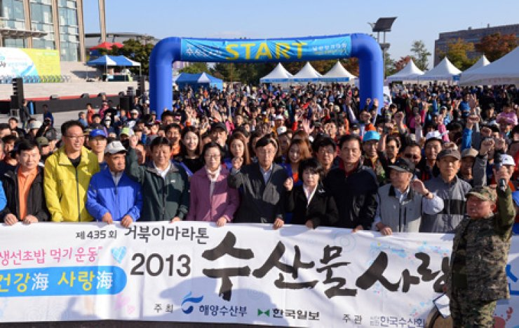 Organizers and participants of the 435th Turtle Marathon, including Minister of Oceans and Fisheries Yoon Jin-sook, fifth from left, pose on Mt. Nam in Seoul, Sunday. The event was supported by the Korea Fisheries Association. More than 5,000 people participated in the monthly event organized by The Hankook Ilbo, a sister paper of The Korea Times. Upon finishing the walk, winners received prizes that included a Samsung LED TV and health foods. / Korea Times photo by Jo Young-ho
