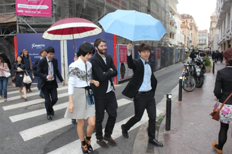 Bae Doo-na is seen with 'Cloud Atlas' actor Jim Sturgess on her arrival at Cannes, Monday. / AP-Yonhap