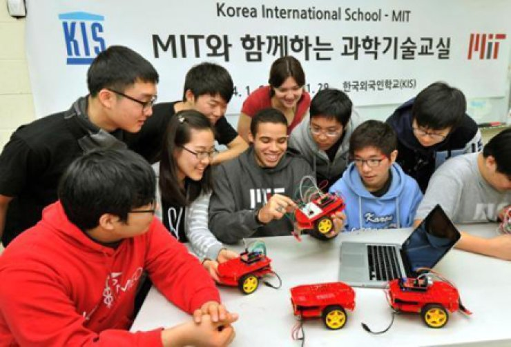 David Isaiah Sessoms, center, a junior at the Massachusetts Institute of Technology (MIT), helps Korea International School (KIS) students build a robot as part of the MIT science and technology class, at the KIS in Pangyo, south of Seoul, Jan. 13. Four MIT students, under the MIT International Science and Technology Initiative, visited the KIS campus to conduct a seminar on robotics and electricity.                                 / Courtesy of KIS