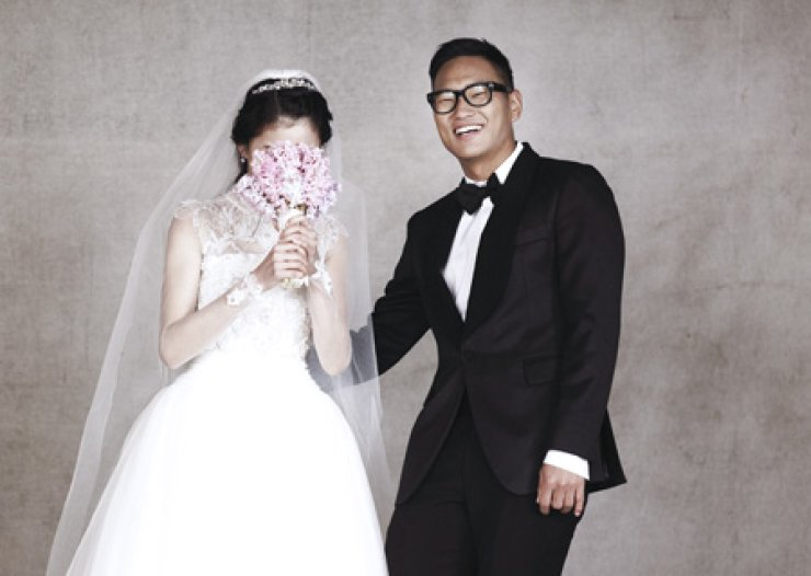 Suwon Samsung Bluewings striker Jong Tae-se released his wedding photos,Tuesday. The couple will wed on Dec. 14 at the Sheraton Grande WalkerhillHotel in Seoul. Although Jong carries a North Korean passport, he is one of the star players in the K League where he notched 10 goals and two assists this season./ Yonhap