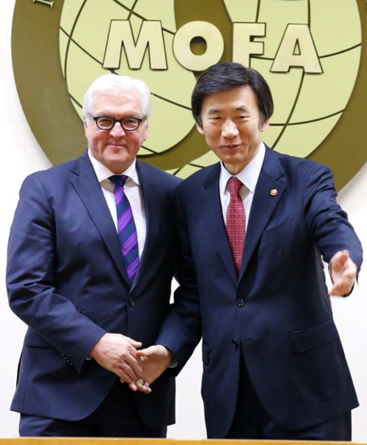 Foreign Minister Yun Byung-se, right, shakes hands with his German counterpart Frank-Walter Steinmeier before holding a meeting in the foreign ministry in Seoul last Friday. / Yonhap