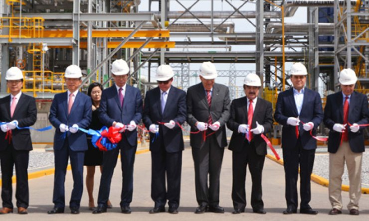 Korea Electric Power Corp. Chief Executive Cho Hwan-eik, third from left, cuts a tape at a ceremony to celebrate the completion of a gas-fired power plant in Mexico, Tuesday. Other participants include Samsung C&T Executive Vice President Kim Jeong-soo, far left, and the Chihuahua Provincial Government Economic Minister Manuel Russek, fourth from left./ Courtesy of KEPCO