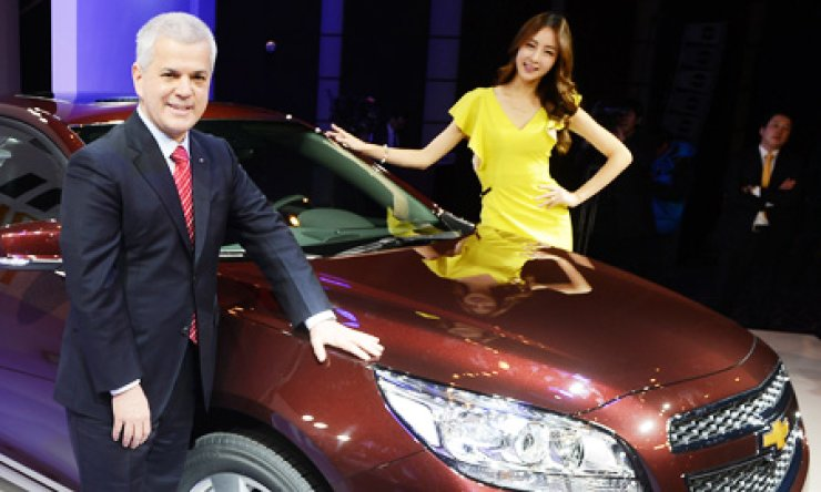 GM Korea President Sergio Rocha, left, introduces the company's new Malibu passenger car at a ceremony in Seoul on Thursday./ Korea Times photo by Ko Young-gwon