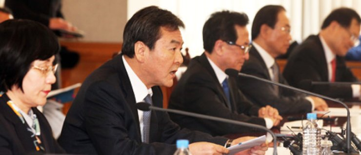 Financial Services Commission Chairman Shin Je-yoon speaks during a meeting with the heads of major financial groups and state financing institutions at the Bankers' Club in Seoul, Thursday. From left are Industrial Bank of Korea CEO Kwon Seon-joo, Shin and Financial Supervisory Service Governor Choi Soo-hyun. / Yonhap