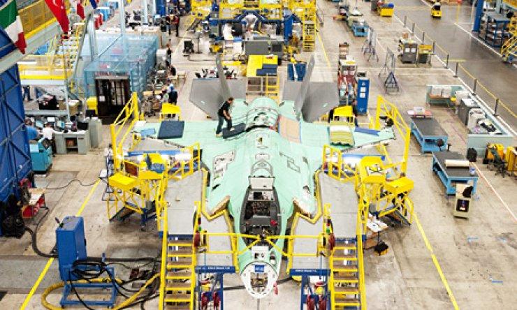 F-35s make their way through the moving assembly line at the F-35 production facility at Lockheed Martin Aeronautics in Fort Worth, Texas./ Courtesy of Lockheed Martin