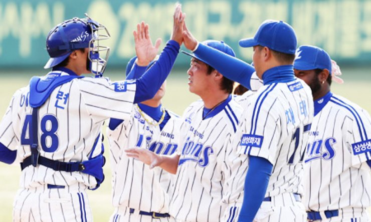 Samsung Lions players celebrate after their 8-5 win over the Kia Tigers at Daegu Stadium on Sunday. / Yonhap