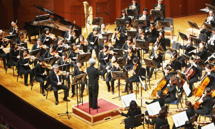 The Suwon Philharmonic Orchestra performs during the annual Orchestra Festival Concert sponsored by Hanwha Group at the Seoul Arts Center in Seocho-dong in this file photo taken last year. / Courtesy of Hanwha Group