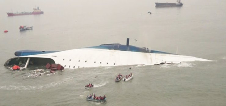 Rescue boats approach to save passengers from the 6,835-ton ferry Sewol, which capsized off Korea's southwestern coast, leaving six people dead and 290 unaccounted for, Thursday. / Yonhap