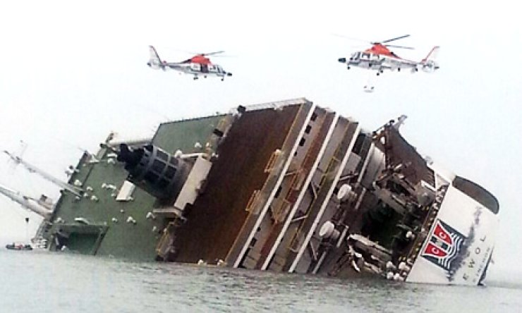 Two helicopters engage in a rescue operation as a passenger ship carrying more than 450 people sinks off the country's southwestern coast, Wednesday. / Yonhap