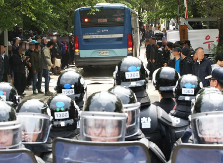 A police bus enters the compound of Geumsuwon, the stronghold of the Salvation Sect, in Anseong, Gyeonggi Province, Wednesday. Police and prosecutors were searching for Yoo Byung-eun, the de factorowner of the sunken ferry Sewol, and his eldest son, but they were not found on the premises. / Yonhap