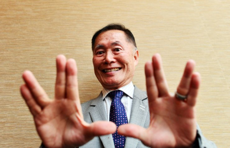 Actor George Takei gives the 'Vulcan salute' popularized by the original 'Star Trek' television series, during an interview last Friday at the Westin Chosun hotel in downtown Seoul. / Korea Times photo by Shim Hyun-cheol