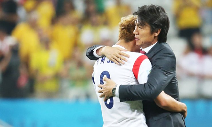 Korea team coach Hong Myung-bo comforts winger Son Heung-min after Korea lost 0-1 to Belgium in its third and final Group H match at Itaquerao Stadium in Sao Paulo, Friday. With two losses and one draw, Korea failed to reach the round of 16. / Yonhap
