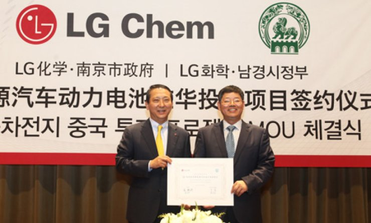 LG Chem President Kwon Young-soo, left, poses with Luo Qun, deputy mayor of Nanjing, after LG signed a memorandum of understanding with two state-run companies in Nanjing, China, to build a battery plant in the neighboring country. The signing was held at LG's headquarters in Yeoui-do, Seoul. / Courtesy of LG Chem