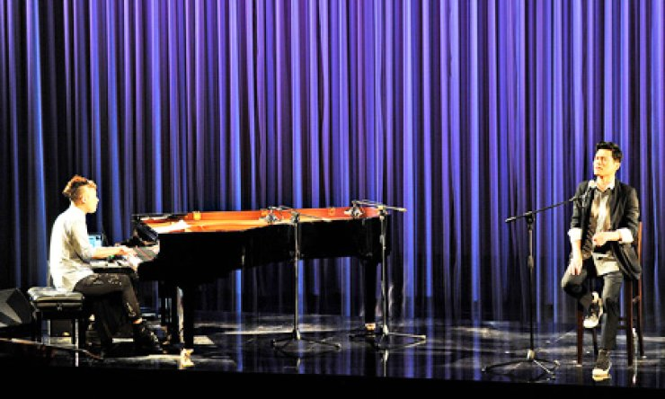 Musician Jung Jae-il, left, and 'pansori' (Korean traditional narrative music) singer Han Seung-seok perform at the 'Bari, abandonded' concert at the National Theater of Korea in Seoul on July 19./ Courtesy of CJ Culture Foundation