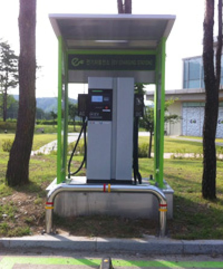 An electric car battery charger installed at a highway service area in Anseong, Gyeonggi Province/ Courtesy of Korea Environment Corp.