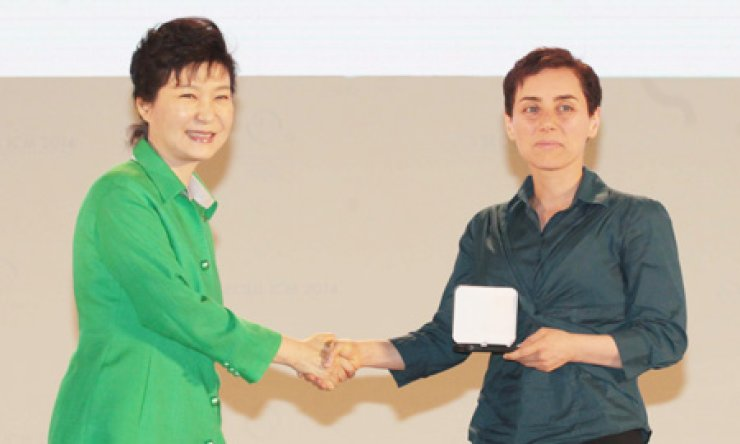 President Park Geun-hye shakes hands with Maryam Mirzakhani, professor of Stanford University, after awarding her with the Fields Medal at the International Congress of Mathematicians in southern Seoul, Wednesday./ Korea Times